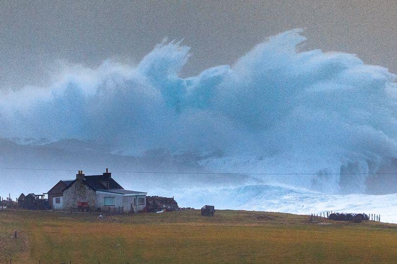 Sóng cao hơn 14m đóng băng khi ập vào bờ biển Anh - 1