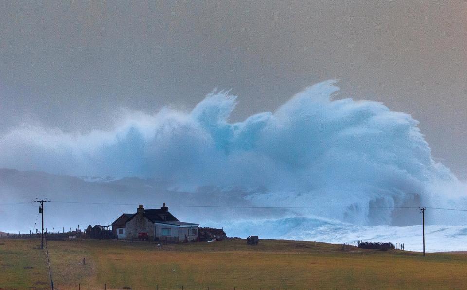 Sóng cao hơn 14m đóng băng khi ập vào bờ biển Anh - 2