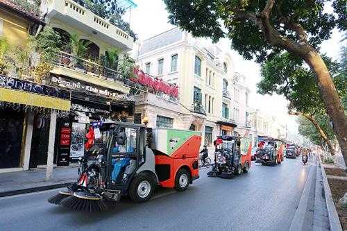 """Cận cảnh dàn """"siêu xe"""" quét rác tiền tỉ trên phố Hà Nội"""