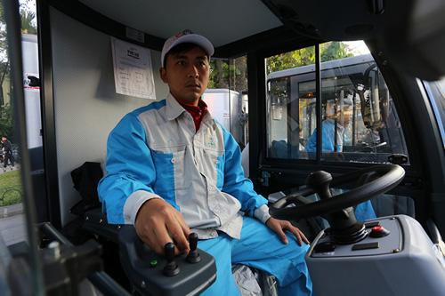 """Cận cảnh dàn """"siêu xe"""" quét rác tiền tỉ trên phố Hà Nội - 8"""