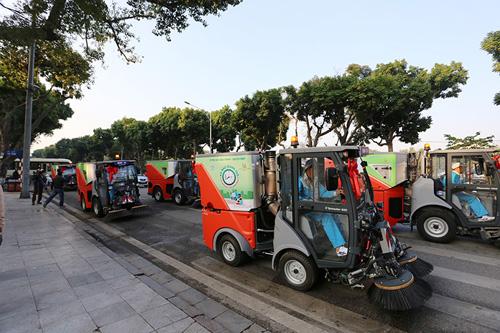 """Cận cảnh dàn """"siêu xe"""" quét rác tiền tỉ trên phố Hà Nội - 9"""