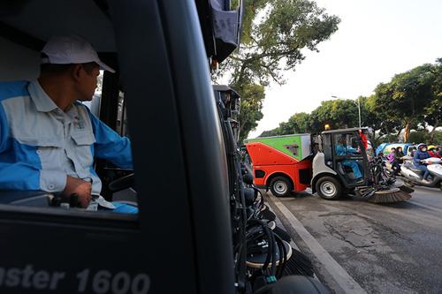 """Cận cảnh dàn """"siêu xe"""" quét rác tiền tỉ trên phố Hà Nội - 7"""
