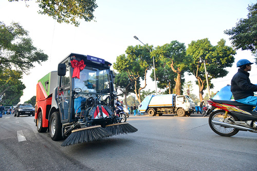"""Cận cảnh dàn """"siêu xe"""" quét rác tiền tỉ trên phố Hà Nội - 10"""