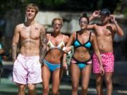 Dàn gái đẹp mặc bikini lao đến ôm Justin Bieber trên biển