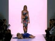 """Tranh vui - Những tai nạn """"cực thốn"""" của người mẫu trên sàn diễn"""