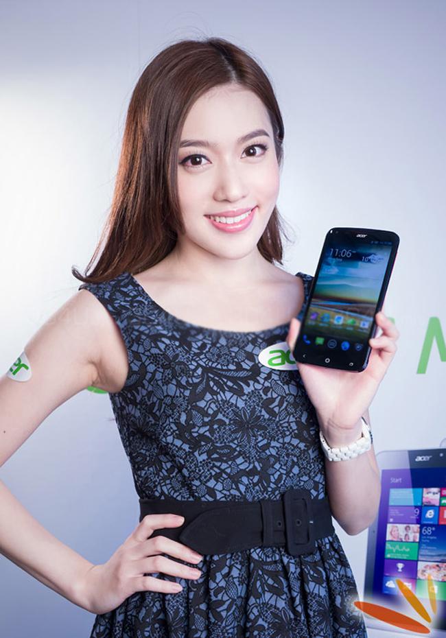 Người đẹp tạo gàng bên smartphone Acer Liquid S2