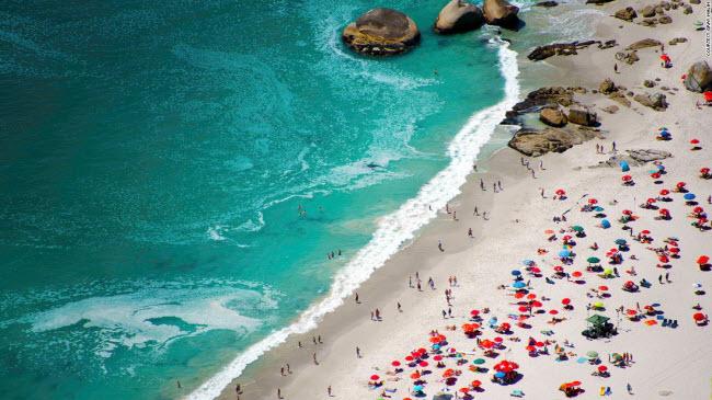 Bãi biển Camps Bay là một trong những địa điểm du lịch hấp dẫn tại thành phố Cape Town, Nam Phi.