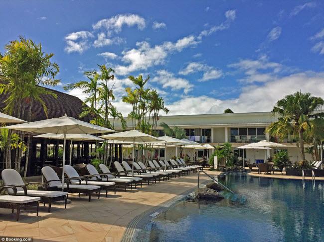 Sau khi tham gia các hoạt động khám phá, du khách có thể nằm thư giãn bên bể bơi trong khu nghỉ dưỡng và khách sạn Sheraton Samoa Aggie Grey, tại thủ phủ Apia trên đảo Samoa. Tại đây, bạn cũng có cơ hội thưởng thức nhiều món ăn ngon và chiêm ngưỡng màn trình diễn múa lửa đặc sắc.