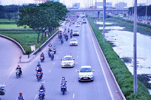 Người dân đổ về quê ăn Tết, Sài Gòn bất ngờ không kẹt xe - 1