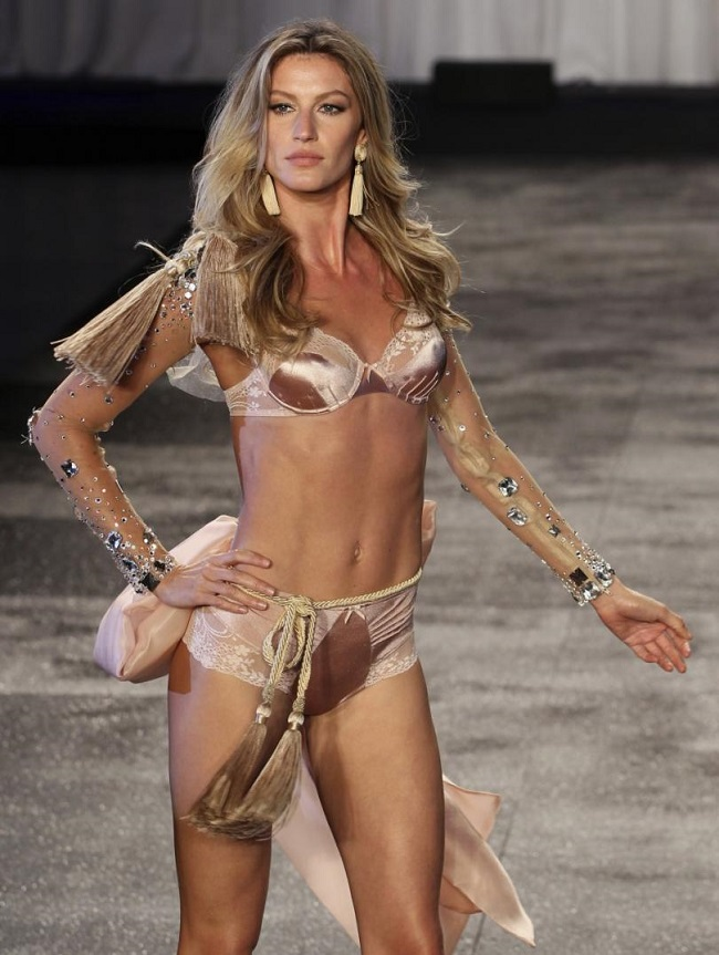1.Gisele Bundchen: Siêu mẫu người Brazil sinh năm 1980, sở hữu chiều cao ấn tượng 1m80.Năm 2016, người đẹp giữ vững ngôi đầu bảng top siêu mẫu được trả cát-xê cao nhất với con số kỷ lục hơn 860 tỷ đồng.