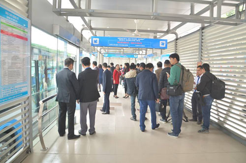 Chủ tịch Hà Nội trải nghiệm buýt nhanh ngày khai trương - 4