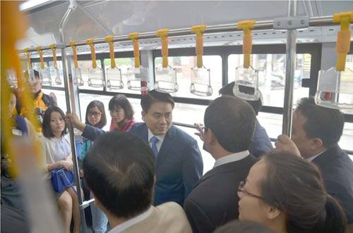 Chủ tịch Hà Nội trải nghiệm buýt nhanh ngày khai trương - 3