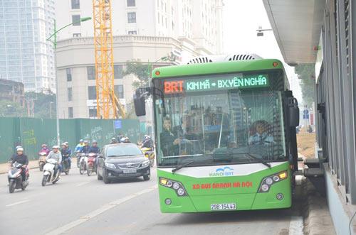 Chủ tịch Hà Nội trải nghiệm buýt nhanh ngày khai trương - 1