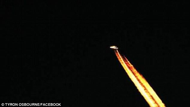 UFO bí ẩn rực cháy trên bầu trời Anh - 1
