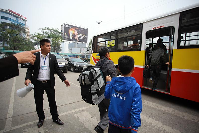 """HN: Hành khách bức xúc vì bị nhà xe """"bỏ rơi"""" ở bến Mỹ Đình - 2"""