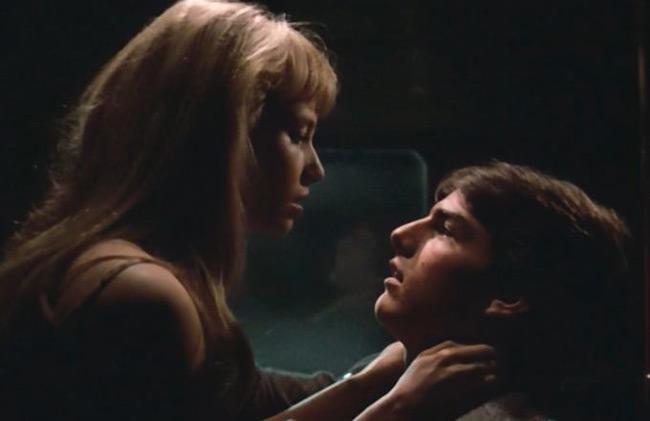 Cảnh nóng đầu tiên trên màn ảnh của Tom Cruise là trong phim Risky Business. Ngôi sao Hollywood lúc đó mới 21 tuổi. Anh vào vai một chàng trai đang tìm cách để trở phi công trái lời bố mẹ. Người diễn cảnh 18+ cùng Tom Cruise khi đó là Rebecca De Mornay.