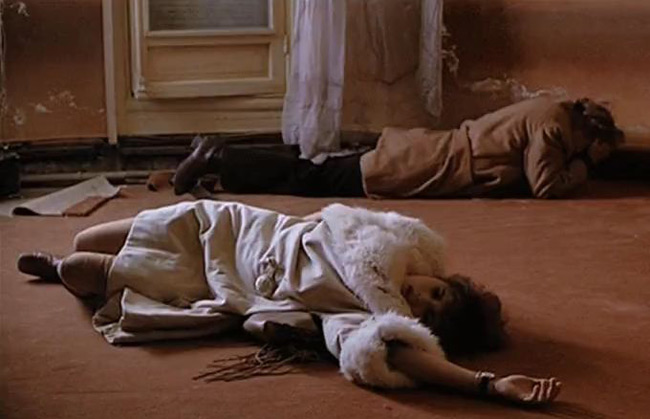 Cảnh hãm hiếp trong Last Tango in Paris đã trở thành một đề tài bàn tán xôn xao khi nữ chính Maria Schneider chia sẻ cô bị lừa đóng cảnh này. Bộ phim này đặt dấu mốc về những hình ảnh sex trên phim của đạo diễn Ý Bernardo Bertolucci. Trong phim, nam diễn viên kỳ cựu Marlon Brando (đóng The Godfather) và cô đào Pháp Maria Schneider (mới 19 tuổi) đã quay những cảnh sex cực kỳ táo bạo.
