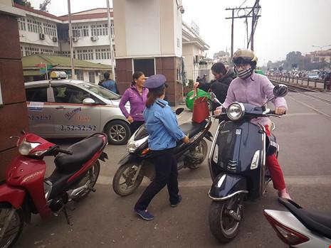 """Gác tàu thu vé xe """"cắt cổ"""" trước cổng BV Bạch Mai - 1"""