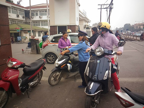 """Gác tàu thu vé xe """"cắt cổ"""" trước cổng BV Bạch Mai - 2"""