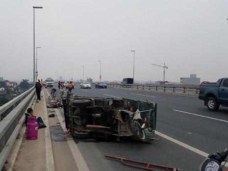 Tai nạn liên hoàn, người ngã la liệt trên cầu Nhật Tân - 1