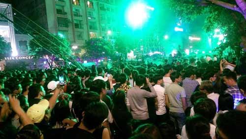 Ngàn người đổ về trung tâm Sài Gòn đón năm mới 2017 - 3
