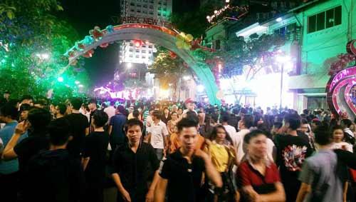 Ngàn người đổ về trung tâm Sài Gòn đón năm mới 2017 - 7