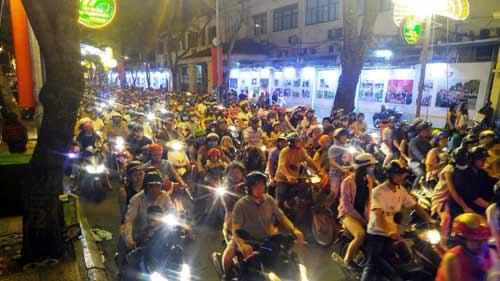 Ngàn người đổ về trung tâm Sài Gòn đón năm mới 2017 - 4