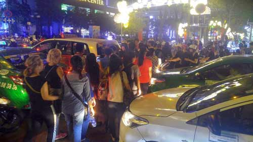 Ngàn người đổ về trung tâm Sài Gòn đón năm mới 2017 - 6