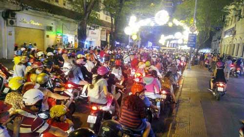 Ngàn người đổ về trung tâm Sài Gòn đón năm mới 2017 - 5
