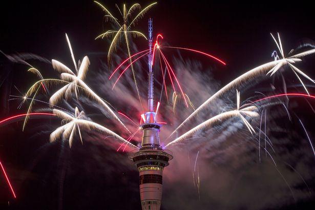 Pháo hoa rực trời tại nơi đón 2017 sớm nhất thế giới - 1