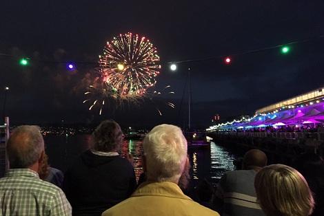 Pháo hoa rực trời tại nơi đón 2017 sớm nhất thế giới - 12
