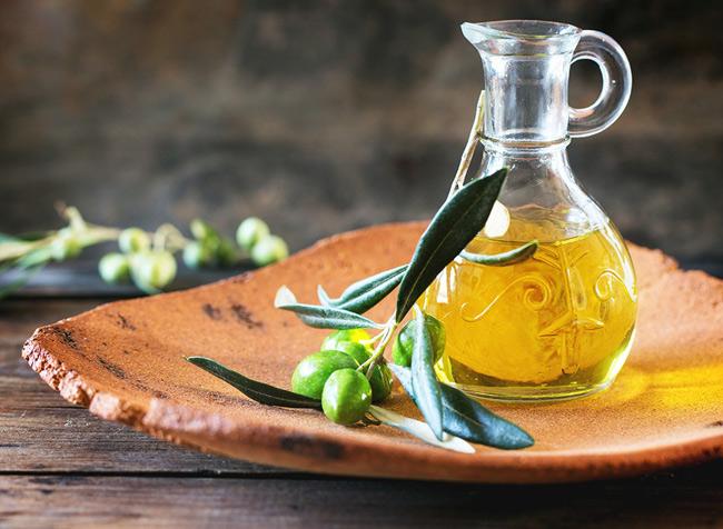 1. Dưỡng ẩm cho da bằng dầu oliu giúp da láng mịn, khỏe mạnh. Dầu dừa hoặc các loại dầu nguyên chất khác cũng là dưỡng chất làm mềm môi cực kỳ hiệu quả vào mùa đông.