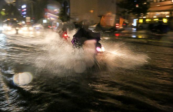 """Có """"quái vật"""" hút nước, đường phố SG vẫn thành """"sông"""" sau cơn mưa - 1"""