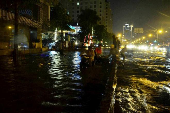 """Có """"quái vật"""" hút nước, đường phố SG vẫn thành """"sông"""" sau cơn mưa - 2"""