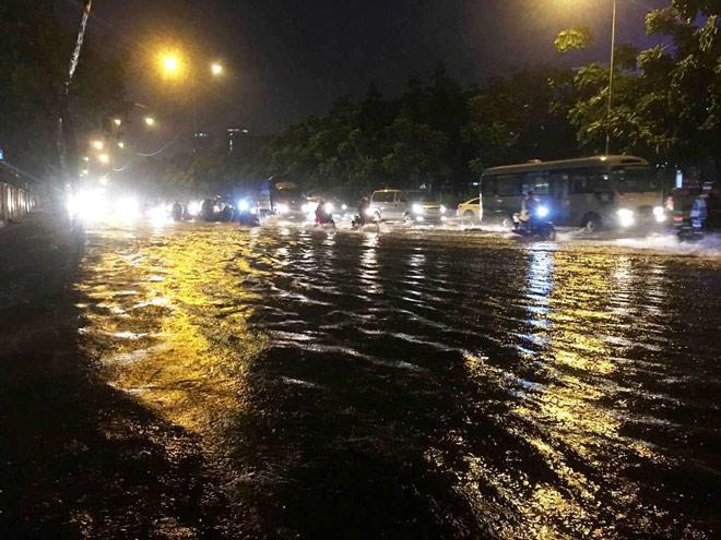 """Có """"quái vật"""" hút nước, đường phố SG vẫn thành """"sông"""" sau cơn mưa - 6"""