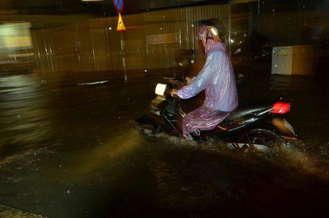 """Có """"quái vật"""" hút nước, đường phố SG vẫn thành """"sông"""" sau cơn mưa - 4"""