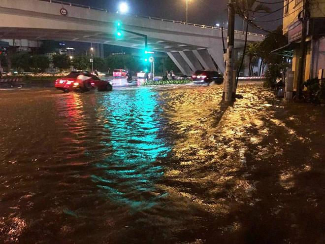 """Có """"quái vật"""" hút nước, đường phố SG vẫn thành """"sông"""" sau cơn mưa - 8"""