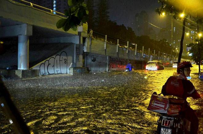 """Có """"quái vật"""" hút nước, đường phố SG vẫn thành """"sông"""" sau cơn mưa - 3"""