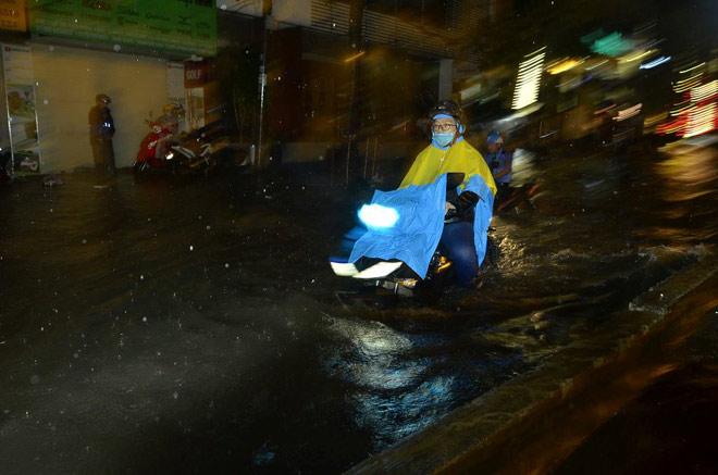 """Có """"quái vật"""" hút nước, đường phố SG vẫn thành """"sông"""" sau cơn mưa - 5"""