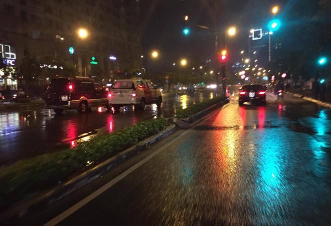 """Có """"quái vật"""" hút nước, đường phố SG vẫn thành """"sông"""" sau cơn mưa - 7"""