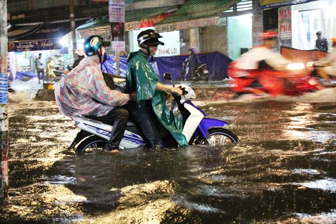 """Có """"quái vật"""" hút nước, đường phố SG vẫn thành """"sông"""" sau cơn mưa - 10"""