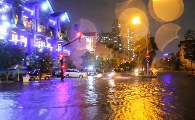 """Có """"quái vật"""" hút nước, đường phố SG vẫn thành """"sông"""" sau cơn mưa - 12"""