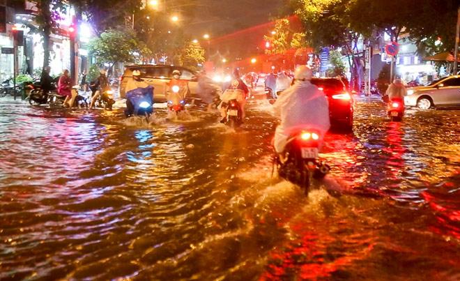 """Có """"quái vật"""" hút nước, đường phố SG vẫn thành """"sông"""" sau cơn mưa - 13"""