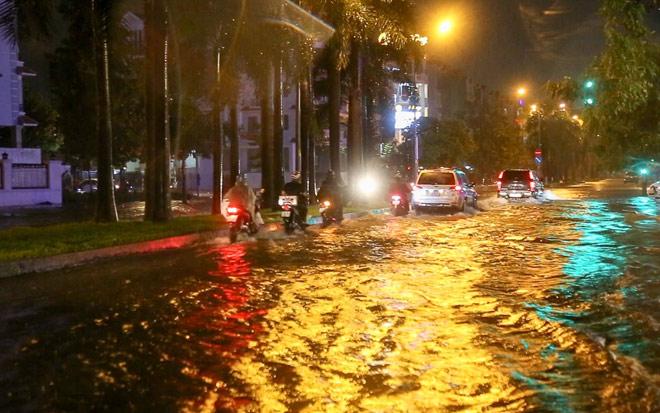 """Có """"quái vật"""" hút nước, đường phố SG vẫn thành """"sông"""" sau cơn mưa - 11"""