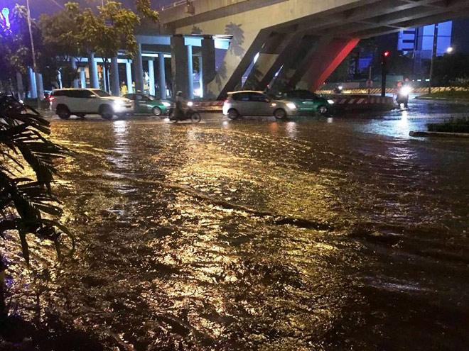 """Có """"quái vật"""" hút nước, đường phố SG vẫn thành """"sông"""" sau cơn mưa - 9"""