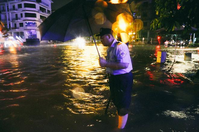 """Có """"quái vật"""" hút nước, đường phố SG vẫn thành """"sông"""" sau cơn mưa - 14"""