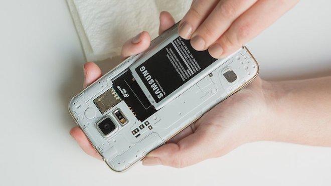 """Cách xử lý đơn giản khi điện thoại bị """"dính"""" nước - 2"""