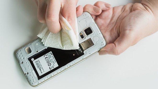 """Cách xử lý đơn giản khi điện thoại bị """"dính"""" nước - 3"""