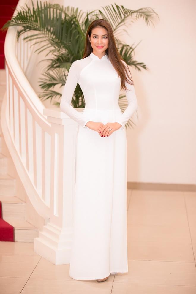 Phạm Hương gây xao xuyến khi diện áo dài trắng - 1