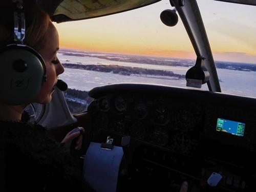 Nữ phi công phải đóng tài khoản Instagram vì quá xinh đẹp - 2